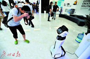 今年将有多所中职学校开设机器人专业。图为可以陪人聊天的机器人。