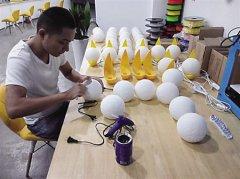 <b>重庆残疾小伙制作3D打印月球灯脱贫致富</b>