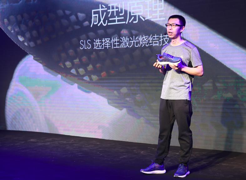 匹克北京研发设计中心总监崔亚光介绍跑鞋
