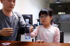 """台湾工程师给8岁女孩3D打印了一只新""""手"""""""