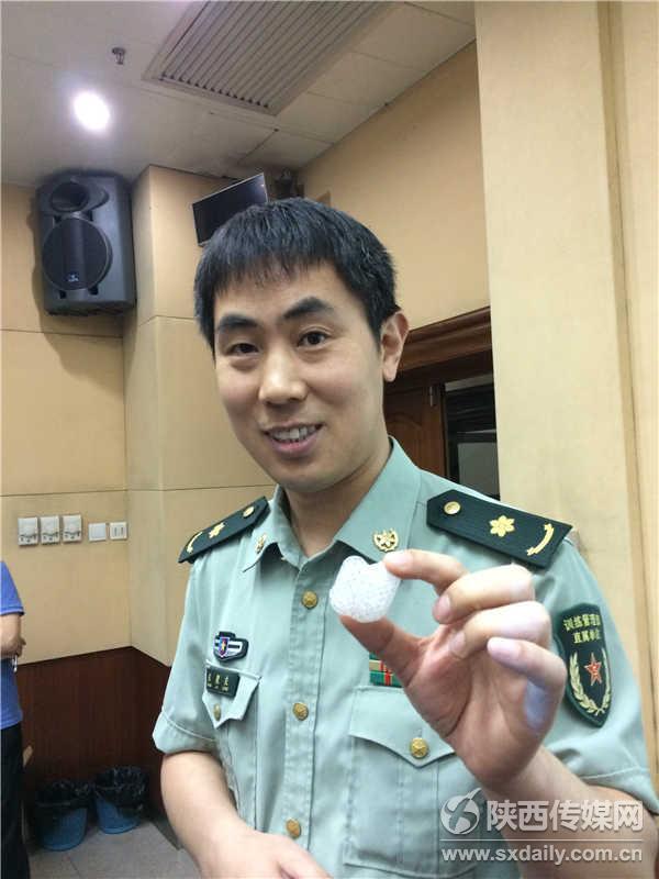 西京医院甲乳血管外科张聚良副教授展示4D打印生物可降解材料填充物。车喜韵摄