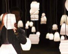 Budmen Industries工作室3D打印100个独特吊灯,点燃和挂在黑暗的