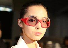 <b>眼镜蹭花妆容?你需要私人定制一副的3D打印眼镜了!</b>