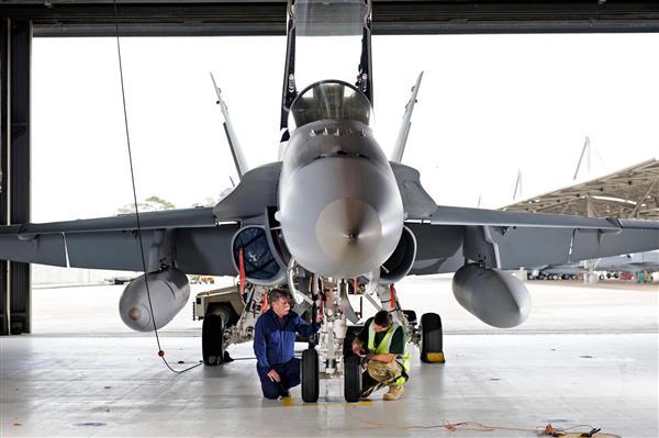 工程师在战斗机上测试新型激光制造的飞机部件
