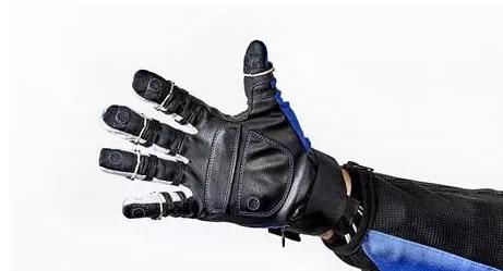 工人可以使用RoboGloves在通用装配厂处理3D打印部件