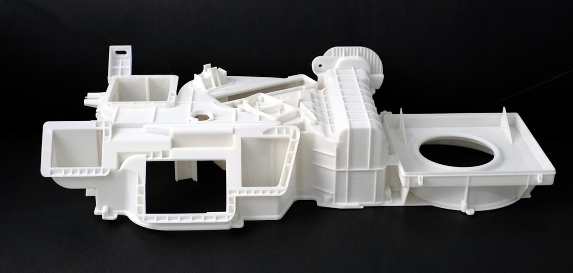 汽车HVAC通风装置尺寸为950×440×218 mm,使用Farsoon的FS3300PA尼龙1212粉末在10小时内作为单件进行3D打印