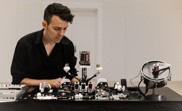 Moritz Simon Geist 3D打印声波机器人,播放激动人心的techno音乐