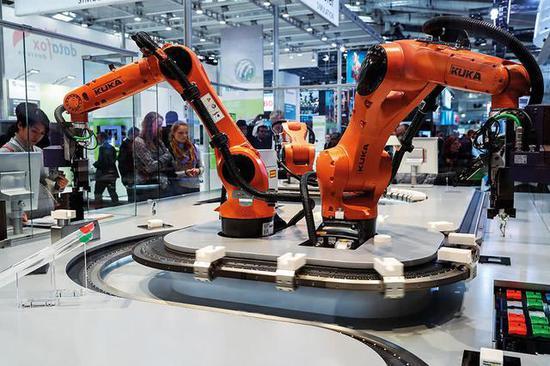 """德国SAP公司的""""智能工厂""""相关演示。 图/新华"""