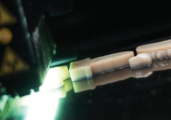 新型Stratasys J720牙科3D打印机可打印全彩色,多材料部件
