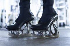 "<b>日本设计实验室使用3D打印技术打造""无形""高跟鞋</b>"