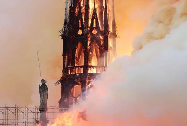 有着近900年历史的巴黎圣母院正在被大火吞噬