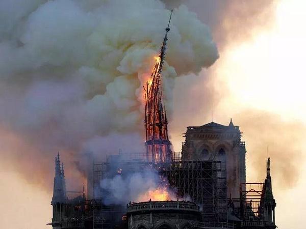 被焚烧的巴黎圣母院