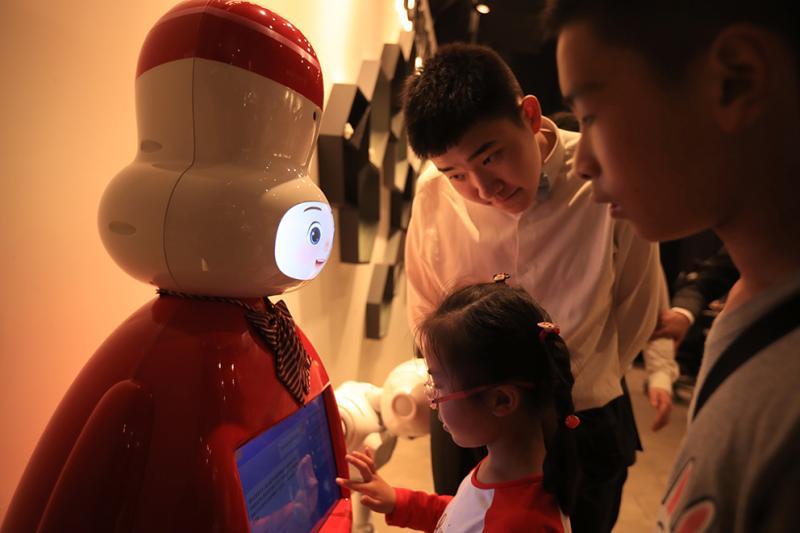 小朋友在中国3D打印博物馆和机器人对话。