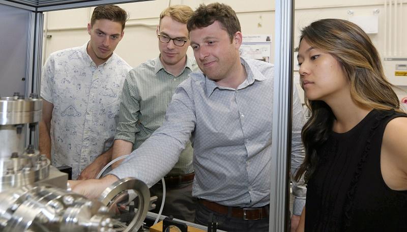 劳伦斯利弗莫尔国家实验室的研究人员(左起)Phil Depond,Nick Calta,Aiden Martin和Jenny Wang