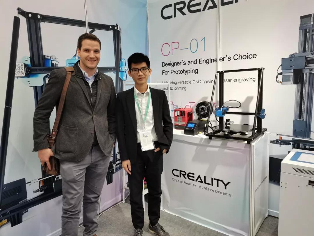 工作人员与用户跟3D打印机 CR-10 V2 合影