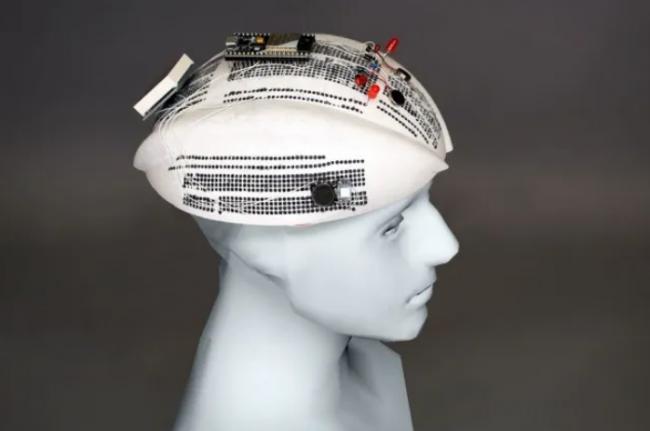 安装了电子元器件的3D打印曲线电路板