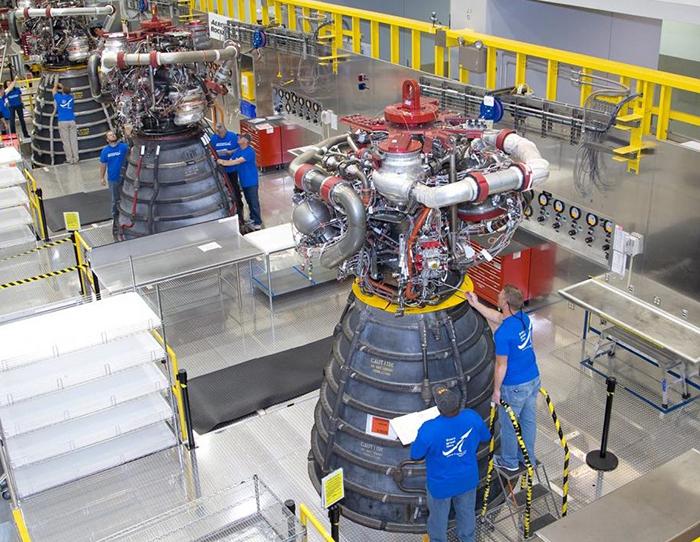在位于密西西比州宇航局Stennis航天中心的Aerojet Rocketdyne工厂检查了三台RS-25发动机