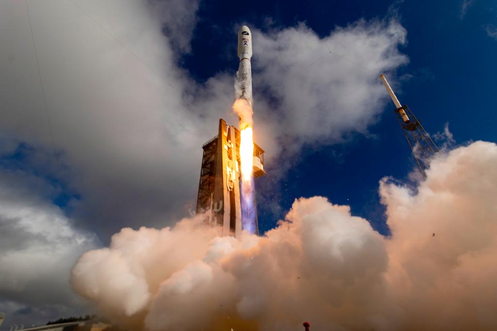 正在将Atlas V发射到太空的图像