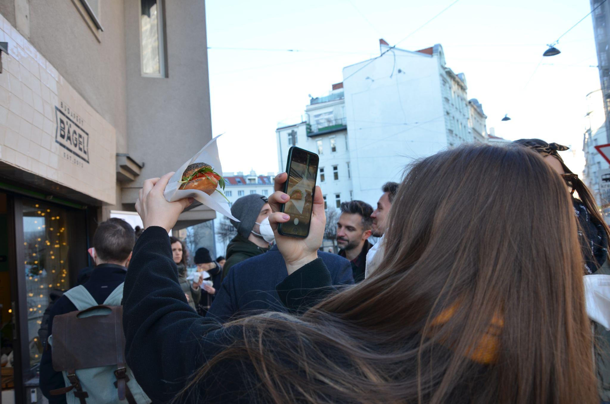 人们挤在布达佩斯百吉饼外面,从Revo Foods品尝植物性三文鱼百吉饼